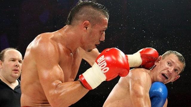 Thaiboxer Shemsi Beqiri während eines Boxkampfs.