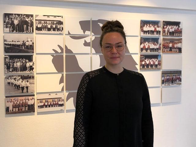 Vizebürgermeisterin Randi Evaldsen vor einer Wand mit Fotos