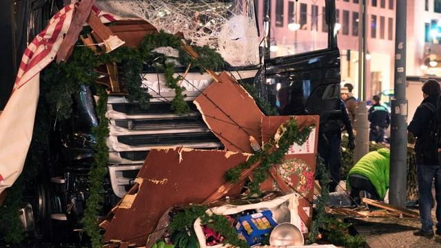 Der stark beschädigte LKW, mit dem das Attentat verübt wurde.