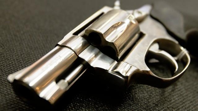 Eine silbriger Revolver, liegend