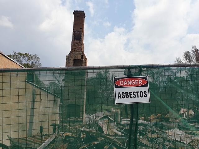 Eingezäunte Ruinen in Cobargo.