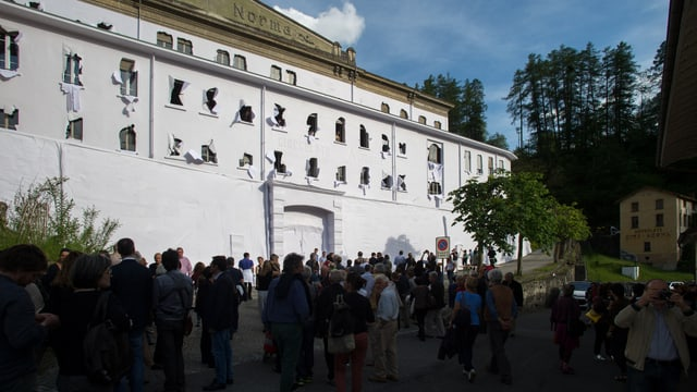 Besucher bestaunten die Papierverhüllung des Künstlers Daniel Gonzalez in der ehemaligen Schokoladenfabrik