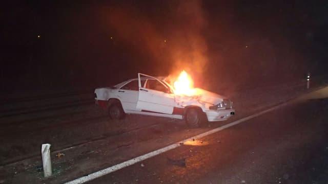 Das Unfallauto brannte vollständig aus.