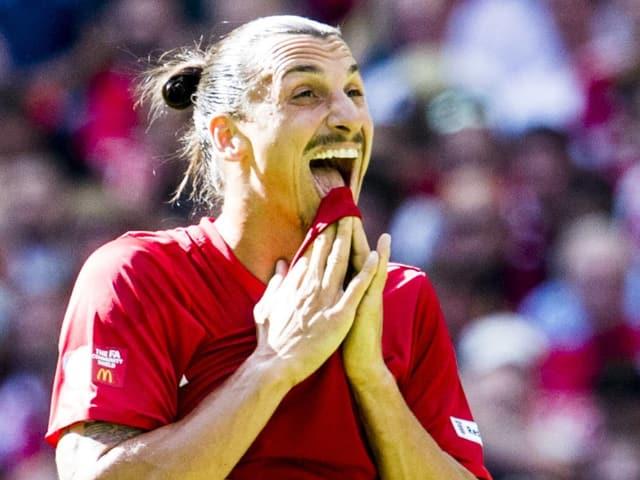Zlatan Ibrahimovic beisst ins Trikot