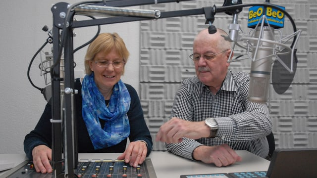 Studio von Radio Berner Oberland BEO in Thun, Vreni von Känel und Hans Stalder.
