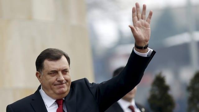 Milorad Dodik, Präsident des bosnisch-serbischen Teilstaates, winkt.