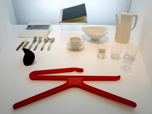 Alltagsgegenstände: Kleiderbügel, Besteck, Gläser, Kaffeegeschirr