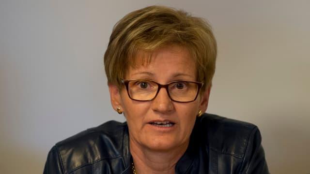 Sabine Pegoraro schaut ernst drein und sagt etwas.