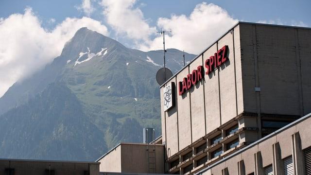 Das Labor Spiez im Berner Oberland. Im Hintergrund sieht man den Gipfel des Niesen.