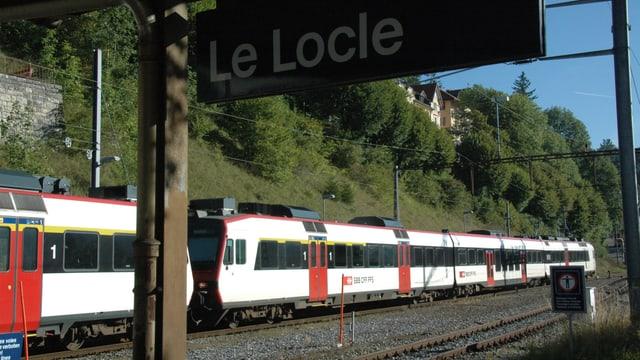 Zug am Bahnhof Le Locle