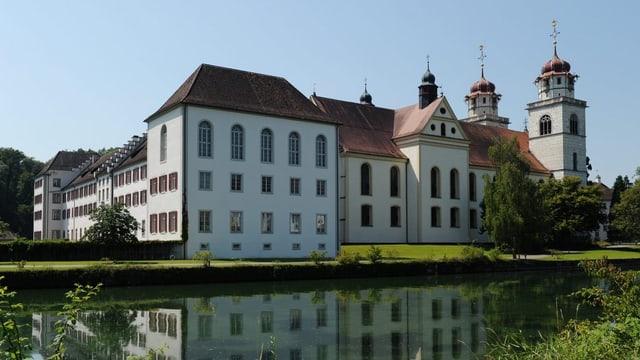 Blick auf Gebäude der Klosterinsel Rheinau