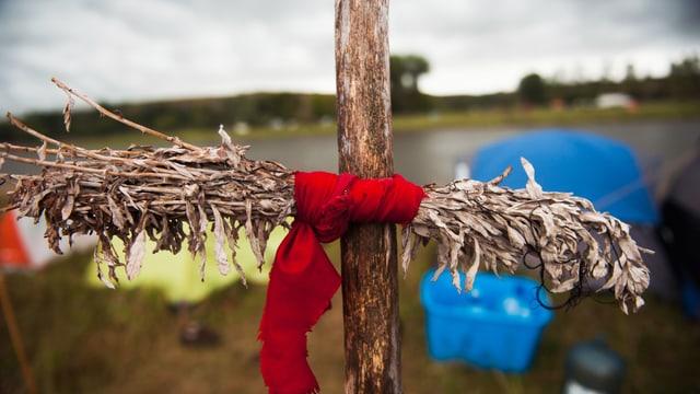 Ein Salbeibündel, dass bei den Sioux spirituelle Bedeutung hat, hängt vor einem Protestcamp.