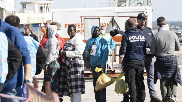 Menschen an Hafen.