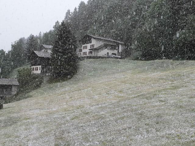 Der Schnee bleibt sogar auf Wiesen liegen.