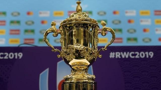 Der goldene Siegerpokal der Rugby-WM, im Hintergrund #RWC2019