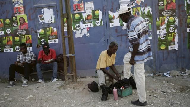 In um laschà schubregiar ses chalzers dasper placats da candidats per il parlament dal Haiti.