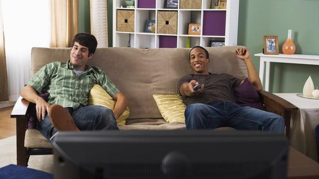 Zwei Männer schauen fern.