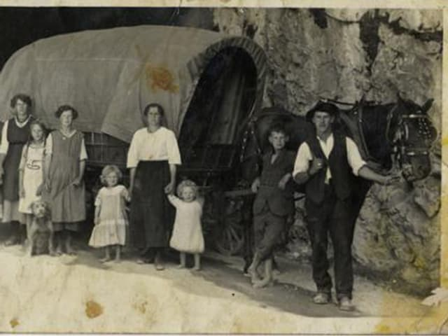 Jenische Grossfamilie aus Graubünden auf der Axenstrasse.