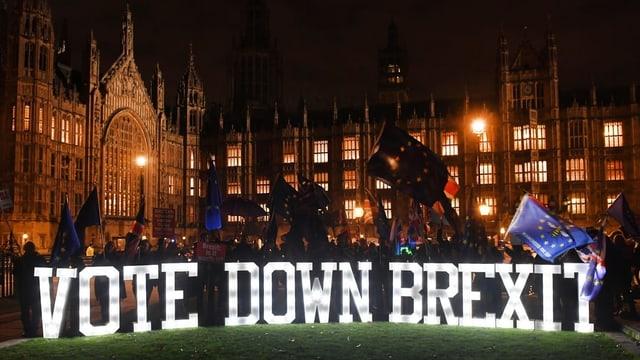 Siara a Londra, protestas cun binderas e glischs.
