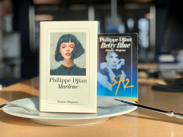 Die Romane «Betty Blue» und «Marlène» stehen auf einem weissen Teller.