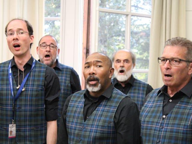5 Männer beim Singen