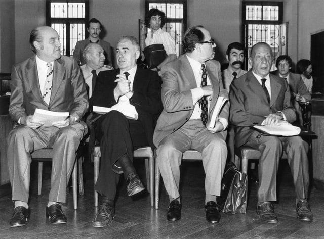 sw-Aufnahme der Bankiers Gada, Kuhrmeier, Laffranchi und Noseda (von links nach rechts) vor Gericht.