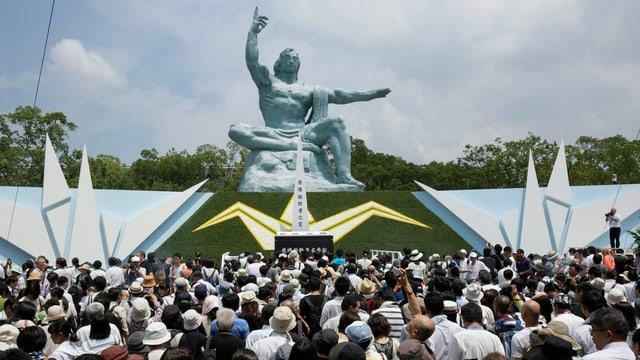 Blera glieud è sa radunada avant il monument a Nagasaki.