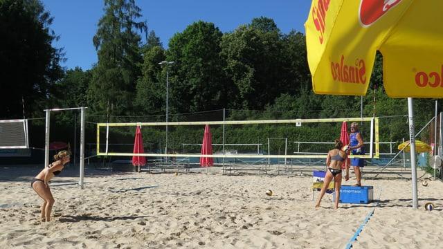 Ein Beachfeld und Spielerinnen