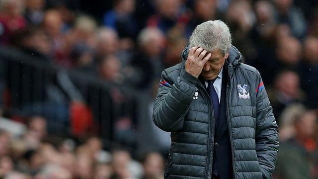 Roy Hodgson fasst sich gefrustet an den Kopf.