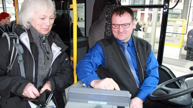 Eine Passagierin löst in einem Bus der Schaffhauser Verkehrsbetriebe ein Billett beim Chauffeur.
