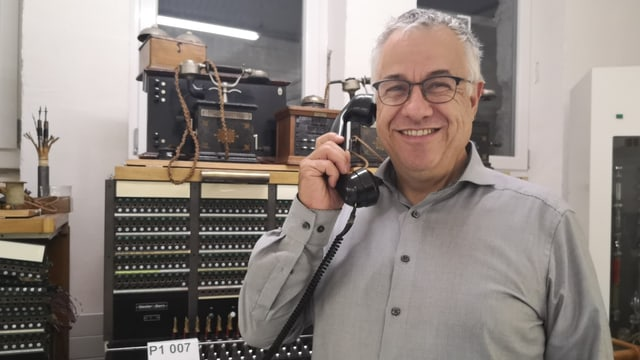 Mann mit Telefonhöhrer.