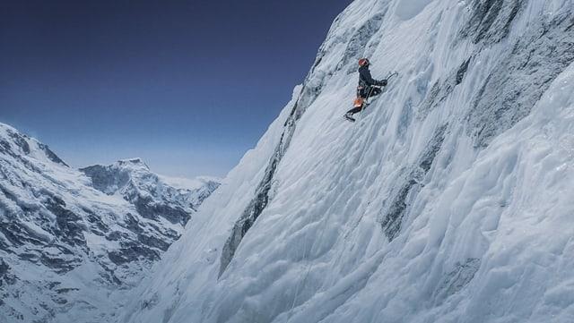 Mann hängt an einem Berg