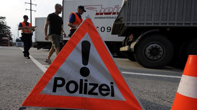 Controlla da traffic da la Polizia chantunala grischuna, davantvart in triangul da polizia.