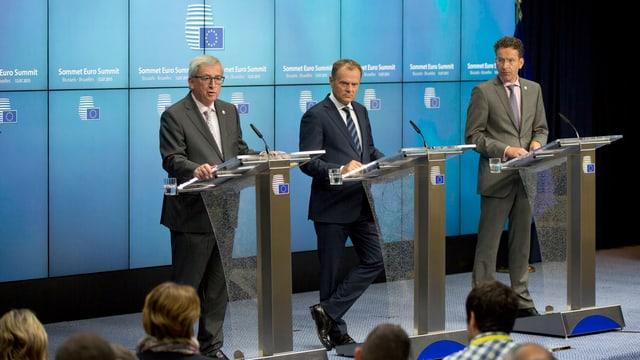 EU-Kommissionspräsident Juncker, der Präsident des Europäischen Rates Donald Tusk und Eurogruppen-Vorsitzender Jeroen Dijsselbloem bei einer Pressekonferenz in Brüssel.