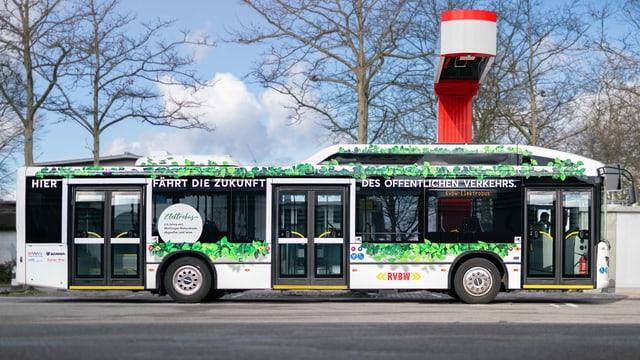 Bus an Haltestelle, darüber roter Balken.