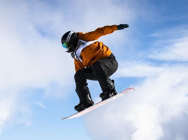 Sina Candrian auf dem Snowboard