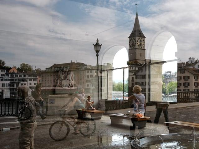 Zweifach belichtetes Bild, einerseits die Arkaden des Museum Helmhaus, andererseits ein Blick auf die gegenüberliegende Limmatseite mit der Kirche St. Peter.