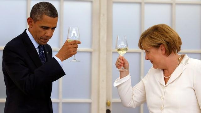Obama und Merkel prosten sich zu
