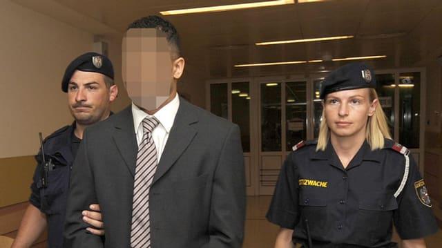 Zürcher Sprayer «Puber» flankiert von österreichischen Polizeibeamten