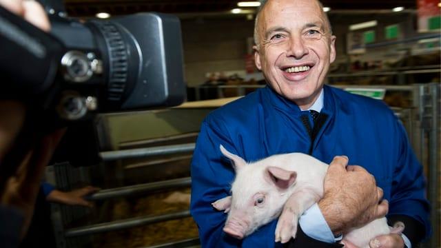 Ueli Maurer posiert mit Schweinchen
