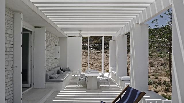 Eine weisse Terrasse.