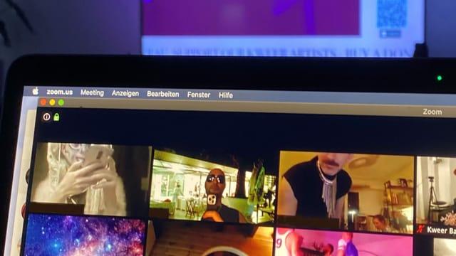 ein Bildschirm mit verschiedenen Videocalls drauf