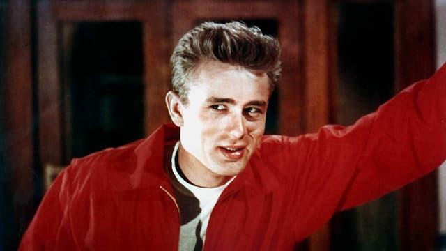 Film-Still aus «Rebel Without a Cause»: Jim stützt sich an einer Wand ab.