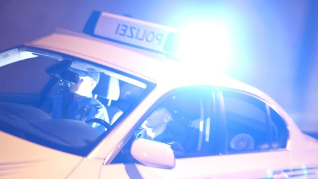 Einsatzfahrzeug der Kantonspolizei Aargau mit Blaulicht unterwegs - Symbolbild