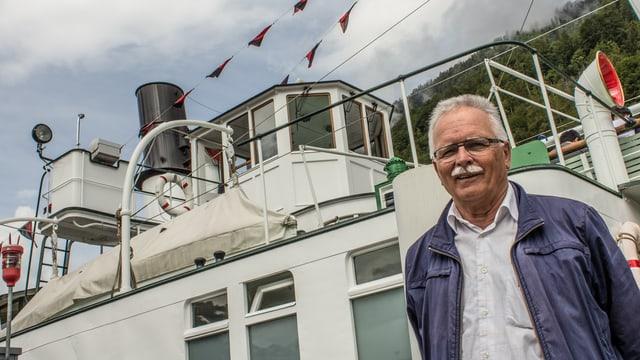 Gerhard Schmid steht stolz vor seinem «Bijou», dem Dampfschiff «Lötschberg» auf dem Brienzersee.