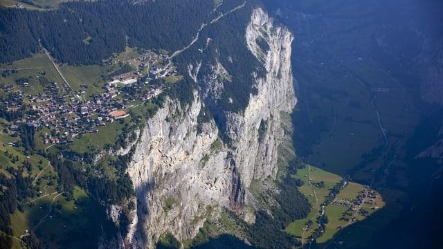 Der Ortsteil Mürren liegt auf dem Berg, die Gemeinde Lauterbrunnen darunter.