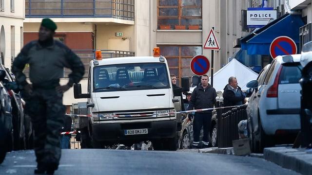 polizia cun autos che bloccheschan via