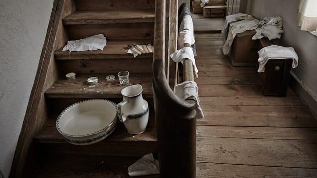 Krug, Schüssel, Zahnbürsten auf einer Holztreppe