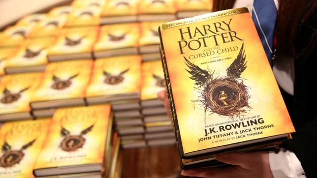 Il cudesch Harry Potter and the cursed child è davent da sonda er da cumprar per tudestg.