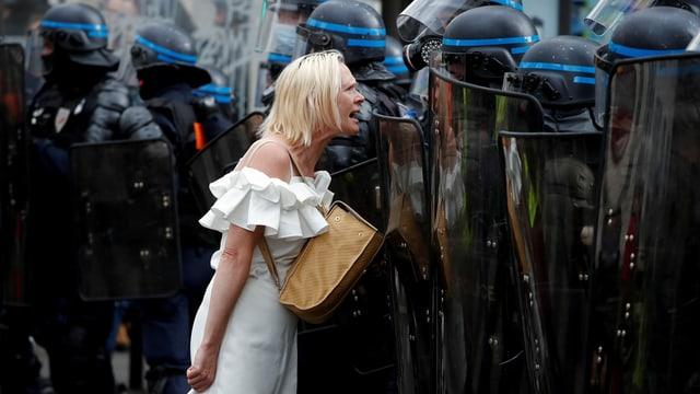 Demonstrierende Frau vor Pariser Polizei